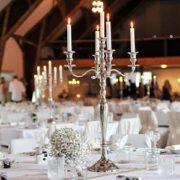 Runde Tische auf der Hochzeitsfeier