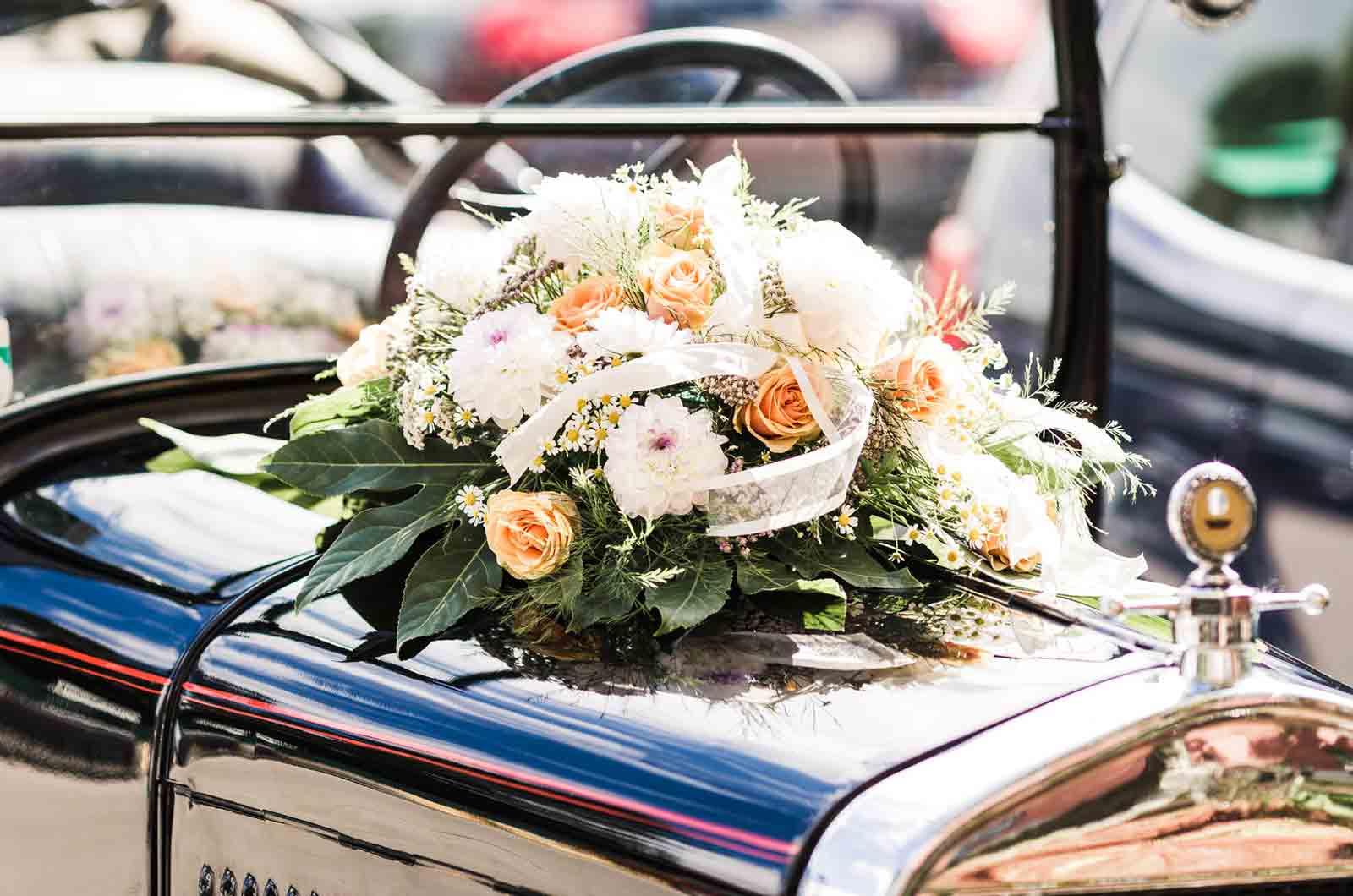Dekoration des Hochzeitsauto - Oldtimer Beitragsbild